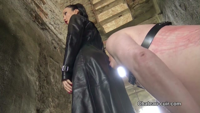Chateau-Cuir___Outdoor_leather_Mistress_worship._Starring_Fetish_Liza.mp4.00008.jpg