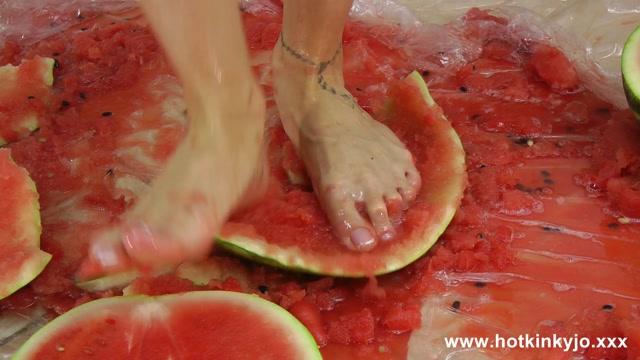 HotKinkyJo_-_Watermelon_crushing_and_anal_fisting_fun.mp4.00004.jpg