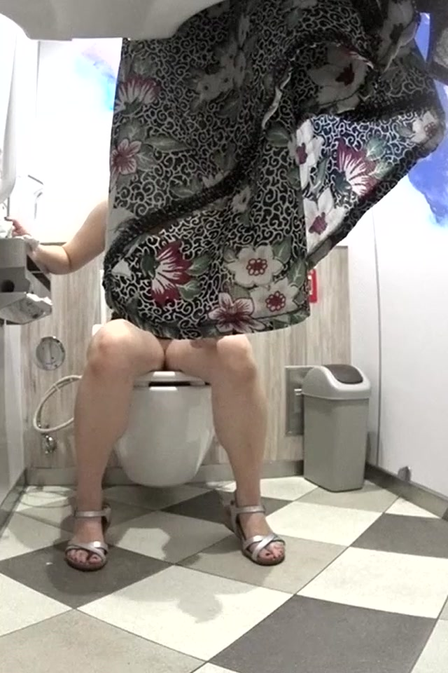 Voyeur_Pissing_Toilet_-_15271881.mp4.00002.jpg