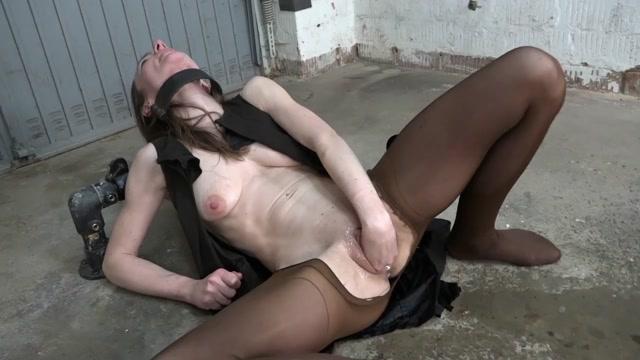 Bondage_girl_KarinaHH_fisting_sex_and_gets_domination.mp4.00010.jpg