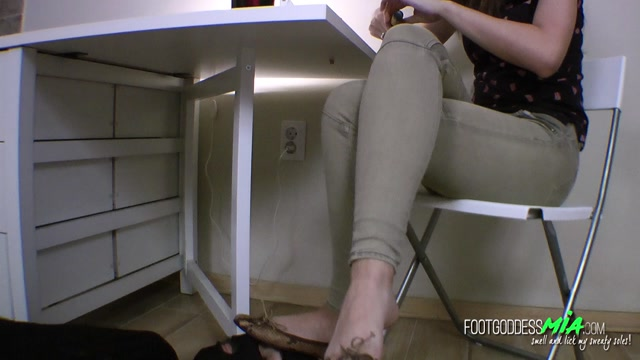 FOOT_GODDESS_MIA_THESE_DIRTY_SOLES_WON_T_CLEAN_THEMSELVES_-_PART_1__ENGLISH_LANGUAGE_.mp4.00000.jpg