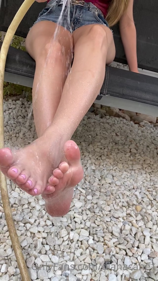 dianacane_11-08-2020_New_video_watering_my_feet_with_lots_of_water_so_that_m.mp4.00004.jpg