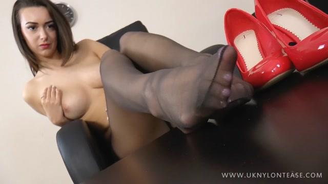 UK_NYLON_TEASE_-_Lauren_Strips_To_Show_You_Her_Sexy_Body___Nylon_Feet.mp4.00013.jpg