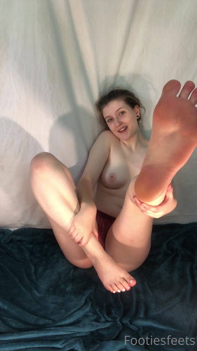 footiesfeets_19-08-2020_Topless_and_a_toe_wiggle..mp4.00012.jpg