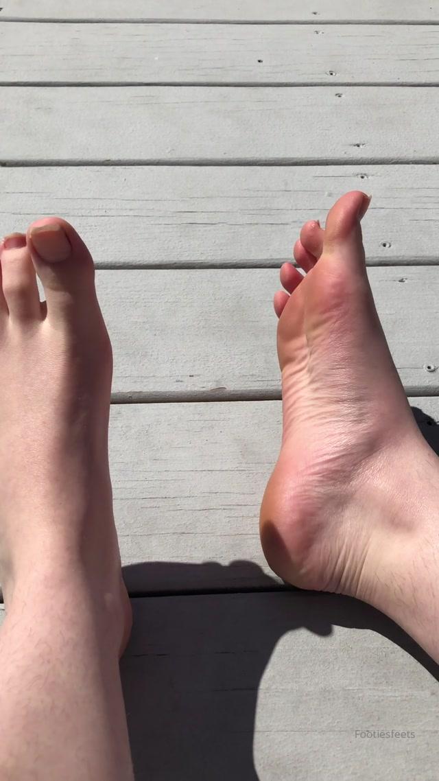 footiesfeets_21-03-2020_It_s_so_nice_out_My_big_toe_nail_is_broken.mp4.00002.jpg