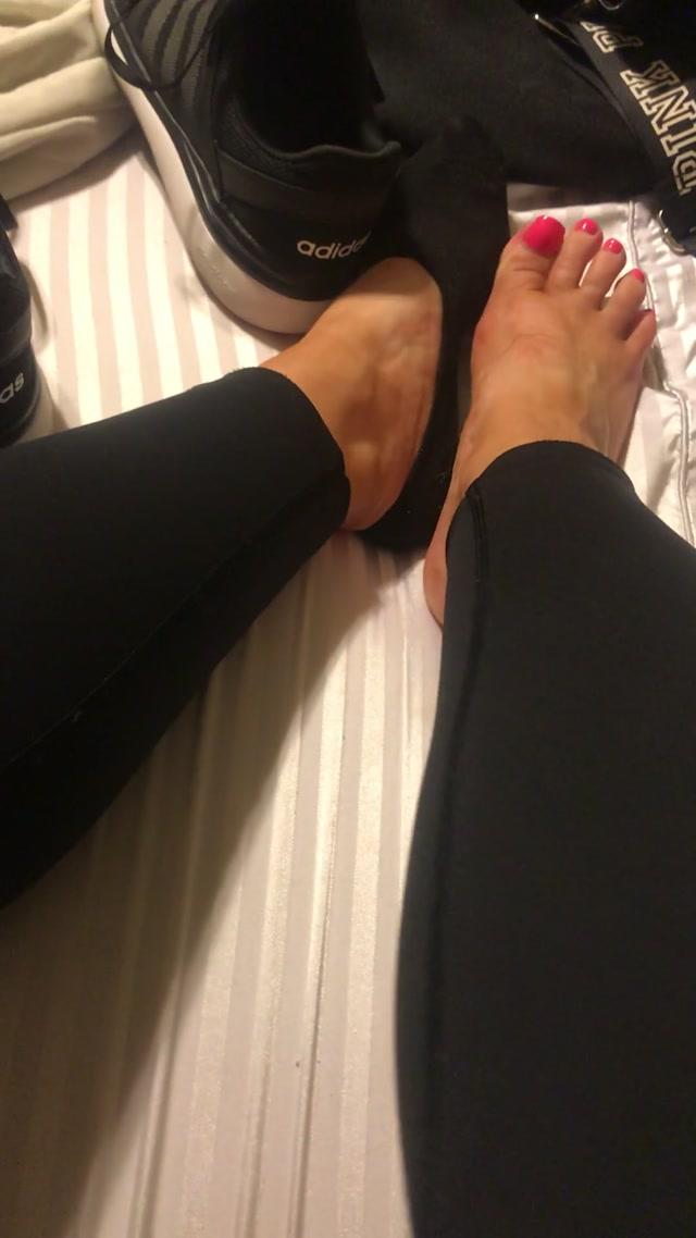 missroxanarae_11-05-2018_Sweaty_gym_feet.mp4.00011.jpg