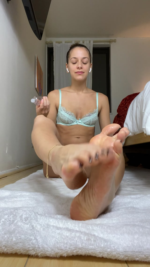 alyagoddess-10-11-2019-13851472-Oiled up sexy feet 00001
