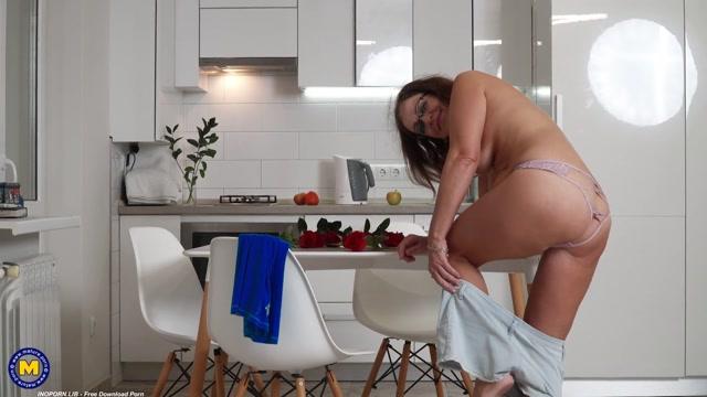 Mature.nl presents Iris (53) - 53 year old Iris masturbating in her kitchen 00002