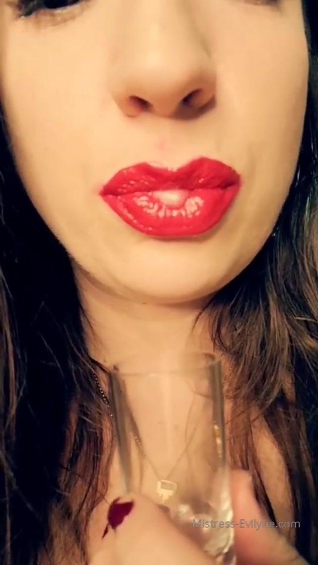 Mistress Evilyne rate my lipstick 00007